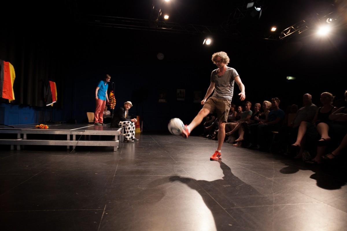 Featured Artist Hauke Prigge beim Torwandschießen