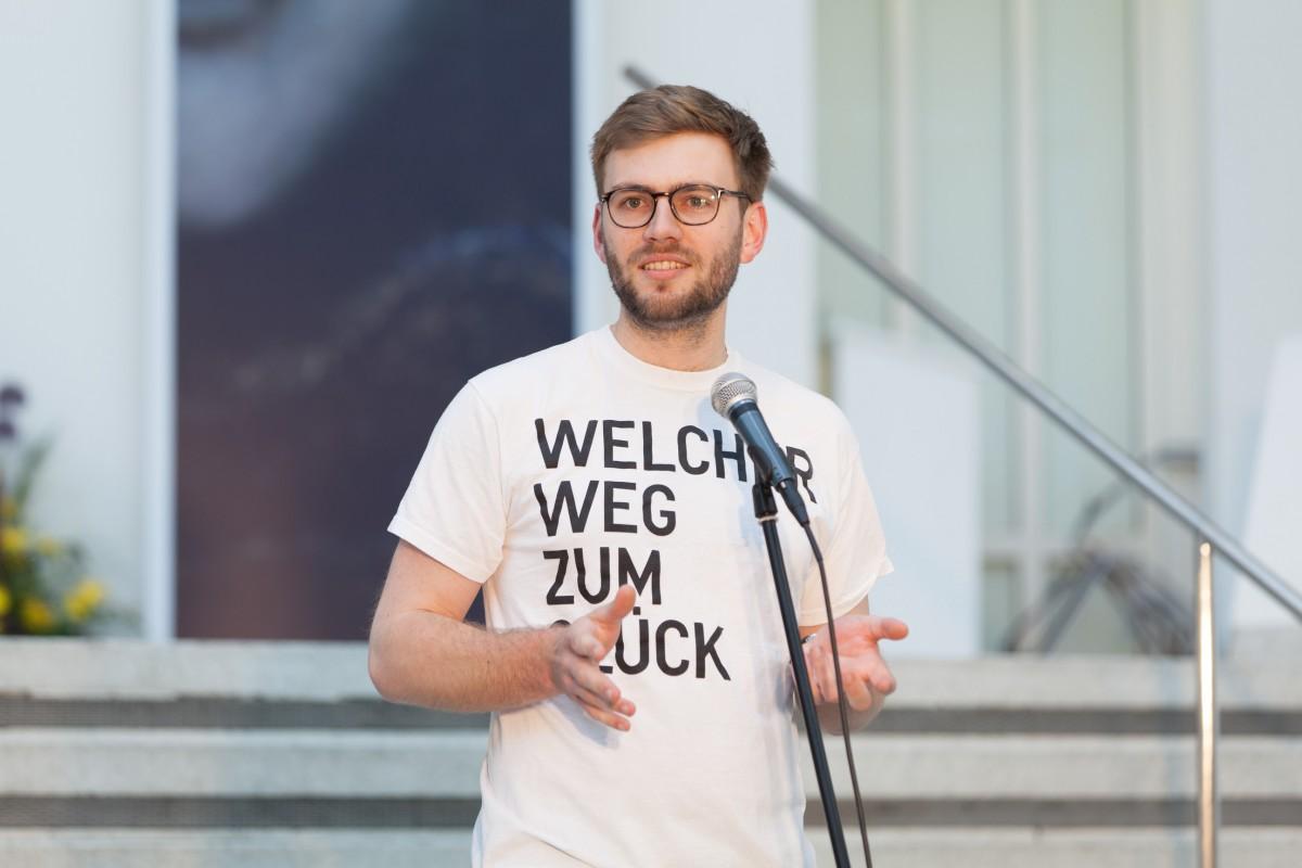 Konstantin Krüger begrüßt die Besucher